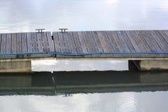 Passagem ripado de madeira sobre a água Fotos de Stock Royalty Free