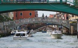 Passagem sob as pontes Imagens de Stock