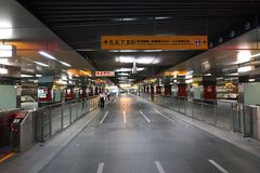 Passagem subterrânea longa em uma estação de metro Foto de Stock