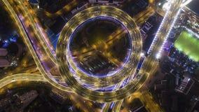 Passagem superior circular iluminada da estrada de Nanpu na noite Shanghai, China Vista invertido vertical a?rea filme
