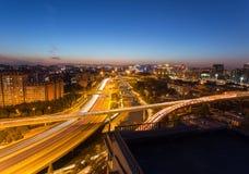 Passagem superior do Pequim na noite foto de stock