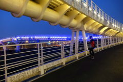 Passagem superior moderna da bicicleta na noite Fotografia de Stock Royalty Free