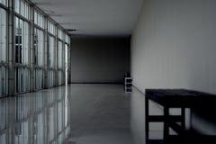 Passagem vazia escura na perspectiva do salão da construção com branco longo fotos de stock