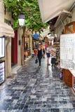 Passagen med shoppar i Rethymno, Kreta - Grekland Royaltyfria Bilder