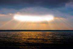 Passagens da luz solar através das nuvens Imagem de Stock Royalty Free