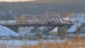 Passagens de trabalho da locomotiva através de uma ponte railway Paisagem do inverno filme