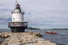 Passagens do barco da lagosta pelo farol do ponto da mola em Maine Foto de Stock Royalty Free