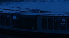 Passagens do barco de canal na noite filme