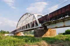 Passagens do trem de mercadorias sobre a ponte Fotografia de Stock