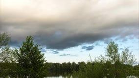 Passagens grandes da nuvem de chuva sobre um lago vídeos de arquivo