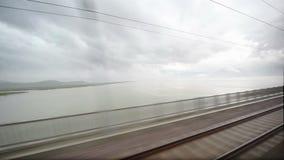 Passagens moventes do trem sobre o lago vídeos de arquivo