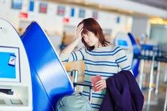 Passager à l'aéroport, faisant l'enregistrement auto- Images libres de droits