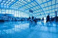 Passager à l'intérieur de l'aéroport Photos libres de droits