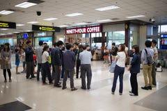 Passager à l'intérieur de terminal international de Chiang Mai Internatio Images libres de droits