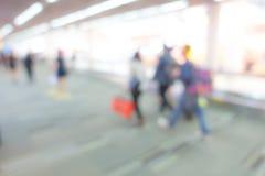 Passager abstrait de tache floue dans l'aéroport Images stock
