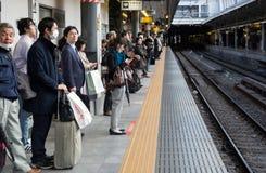 Passager attendant le train Image stock