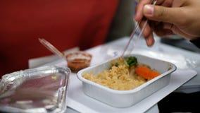 Passager ayant le repas tandis que peu de turbulence apparaissent sur l'avion d'air banque de vidéos