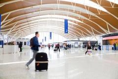 Passager dans l'aéroport de Changhaï Photographie stock libre de droits