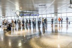 Passager dans l'aéroport de Madrids Photo stock
