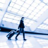 Passager dans l'aéroport de Pékin, tache floue de mouvement Photo libre de droits