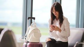 Passager de ligne aérienne dans un avion de attente de vol de salon d'aéroport Téléphone portable caucasien de talkbe de femme da banque de vidéos