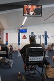 Passager de ligne aérienne de delta attendant à l'aéroport dans le fauteuil roulant Photo stock