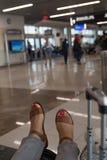 Passager de ligne aérienne de delta attendant aux bas de la page d'aéroport sur le sac Image stock