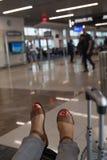 Passager de ligne aérienne de delta attendant aux bas de la page d'aéroport sur le sac Photos stock