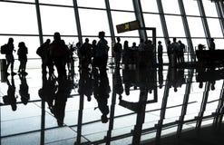 Passager de silhouette dans l'aéroport Images libres de droits