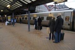 PASSAGER DE TRAIN À LA STATION DE TRAIN CENTRALE DE COPENHAGUE Image stock