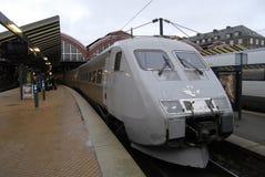 PASSAGER DE TRAIN À LA STATION DE TRAIN CENTRALE DE COPENHAGUE Images stock
