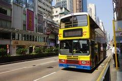 Passager espera el autobús para llegar en Macao Imagen de archivo