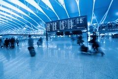 Passager et panneau de l'information de vol dans l'aéroport Images stock