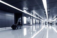 Passager marchant dans l'aéroport de Hong Kong Image libre de droits