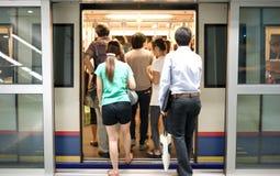 Passager marchant dans le train au fond Photos stock