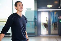 Passager masculin de sourire sur le terminal d'aéroport Photo libre de droits
