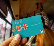 Passager montrant la carte de CityPass photos libres de droits