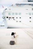 Passager photographiant le grand bateau de croisière Photographie stock
