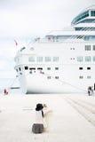 Passager photographiant le grand bateau de croisière Photos stock