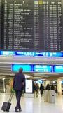Passager recherchant le programme de vol Images libres de droits