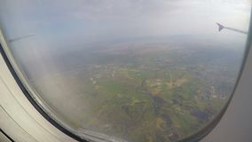 Passager regardant par la fenêtre de l'avion secouant dans la turbulence Désastre aérien banque de vidéos