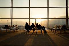 Passager s'asseyant dans un vol de attente d'aéroport de lobby Image stock