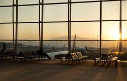 Passager s'asseyant dans un vol de attente d'aéroport de lobby dans le silho Images libres de droits