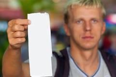Passager tenant un billet dans sa main Image stock