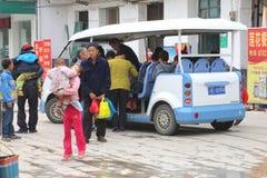 Passagerare använde en elektrisk taxi i Guilin Kina Royaltyfri Bild