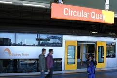 Passagerare får av Sydney Trains på den runda kajstationen i Syd Arkivbilder