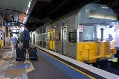 Passagerare får av Sydney Trains på den runda kajstationen i Syd Royaltyfria Bilder