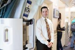 Passagerare för emiratbesättningsmanmöte Royaltyfri Fotografi