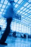 passagerare för flygplatsblurrörelse Arkivfoto