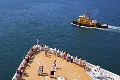 Passagerare för kryssningskepp på däcket som ankommer i karibisk port Arkivbild